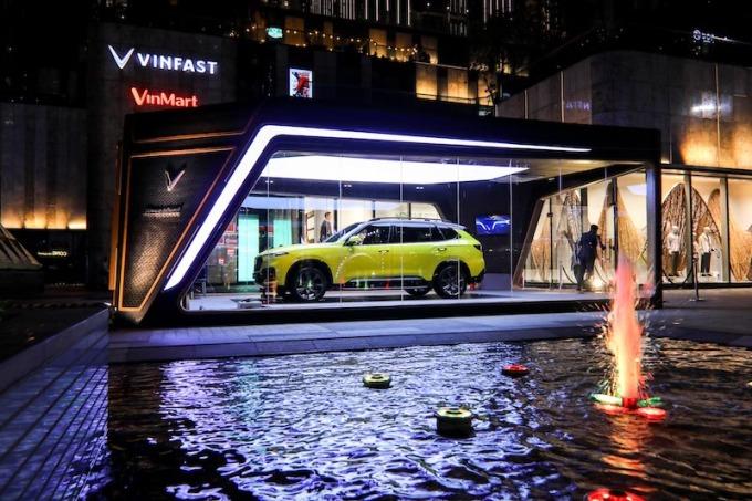 Mẫu xe VinFast President được trưng bày tại sảnh toà nhà cao nhất Việt Nam - Landmark 81.