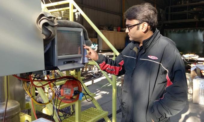 PGS. Kalpit Shah và lò phản ứng phân tách khí sinh học thành hydro và carbon. Ảnh: RMIT.
