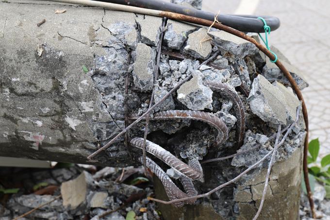 Cột điện thường trên đường Nguyễn Trãi bị bão vặn gãy. Ảnh: Võ Thạnh