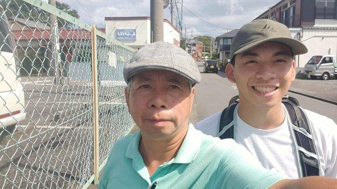 Ông Lương Tạ selfie bằng điện thoại cùng con trai Đan Tạ. Ảnh: Nhân vật cung cấp