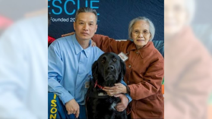 Ông Tin Nguyen và mẹ, bà Thi Cuc Le, 84 tuổi, ở hạt San Bernardino, tại lễ tốt nghiệp chương trình dạy tù nhân huấn luyện chó trị liệu vào năm 2018. Ảnh: VietRise.