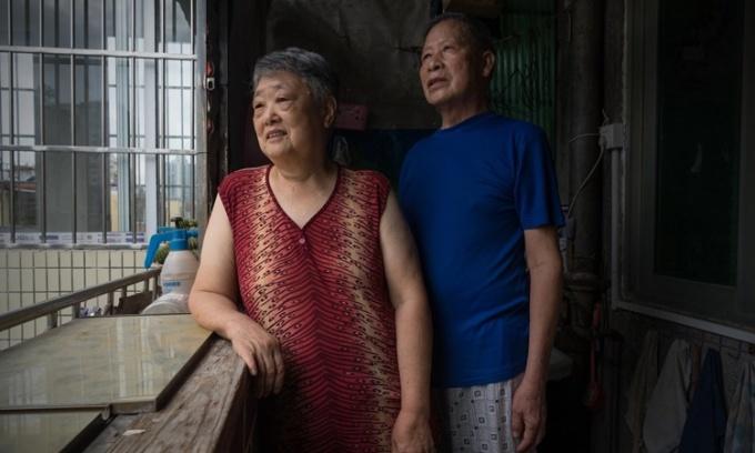Đôi vợ chồng già trong căn hộ trên tầng 8 một căn chung cư đang chờ chiếc thang máy mới đi vào hoạt động. Ảnh: NYTimes.