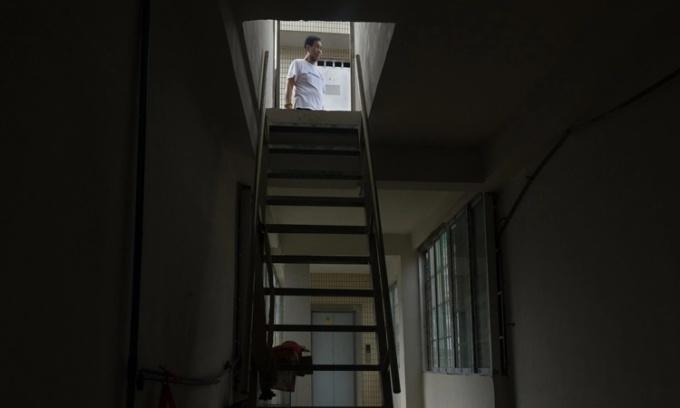 Chiếc thang bộ dốc đứng trong một căn chung cư cũ của Trung Quốc. Ảnh: NYTimes.