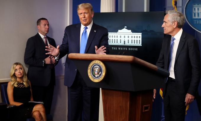 Tổng thống Mỹ Donald Trump (giữa) tại cuộc họp báo ở Nhà Trắng hôm 23/9. Ảnh: NYTimes.
