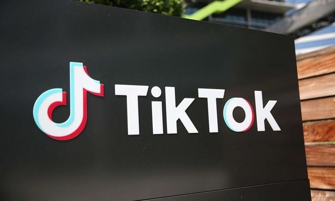 Logo TikTok bên ngoài văn phòng ở thành phố Culver, bang California, Mỹ, hôm 27/8. Ảnh: AFP.