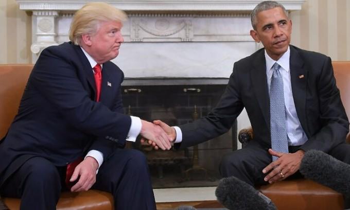 Trump (trái) và Obama trong một cuộc họp về chuyển giao quyền lực tại Nhà Trắng tháng 11/2016. Ảnh: AFP.