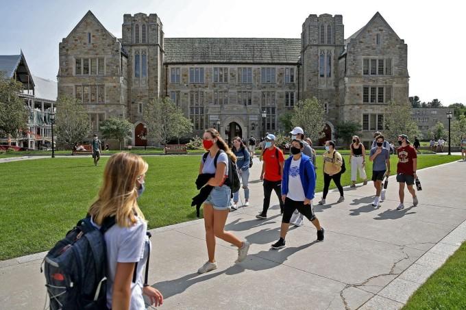 Sinh viên tại Đại học Boston, Mỹ đi học ngày 14/9. Ảnh: Matt Stone/MediaNews Group/Boston Herald