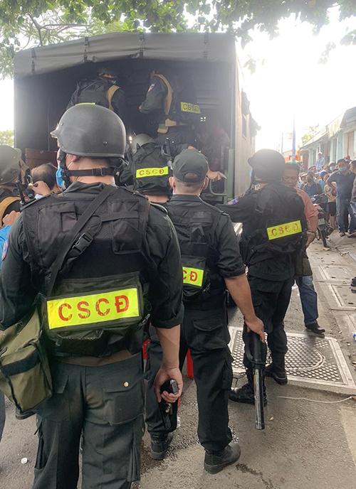 Cảnh sát cơ động trang bị vũ khí. Ảnh: Quốc Thắng.