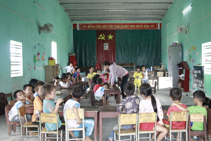 Hàng trăm trẻ học ở hội trường thôn