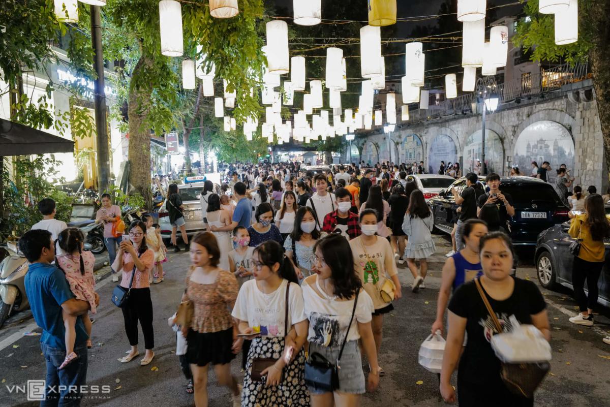 Trung tâm Hà Nội đông kín người đi chơi Trung Thu