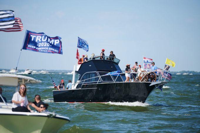 Các thuyền diễu hành treo cờ ủng hộ Trump tại vịnh Sandusky, bang Ohio, Mỹ, hôm 5/9. Ảnh: Washington Post.