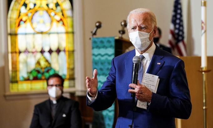 Ứng viên Dân chủ Joe Biden (phải) phát biểu tại nhà thờ Grace Lutheran, ở Kenosha, bang Wisconsin, hôm 3/9. Ảnh: Reuters.