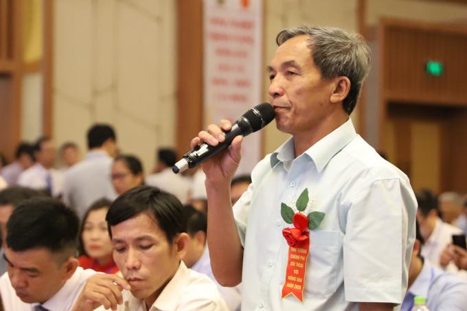Nông dân đặt câu hỏi tại cuộc đối thoại với Thủ tướng chiều 28/9. Ảnh: Trần Hoá.