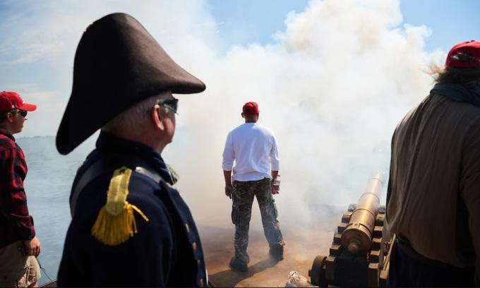 Những người ủng hộ Trump bắn pháo trong cuộc diễu hành bằng thuyền trên vịnh Sandusky, bang Ohio, Mỹ, hôm 5/9. Ảnh: Washington Post.