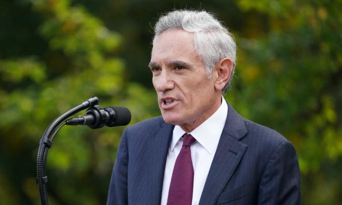 Bác sĩ Atlas họp báo tại Nhà Trắng hôm 28/9. Ảnh: AFP.