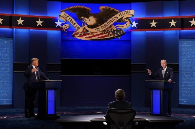 Trump và Biden trong cuộc tranh luận tối 29/9 ở thành phố Cleveland, dưới sự điều hành của nhà báo Chris Wallace. Ảnh: AP.