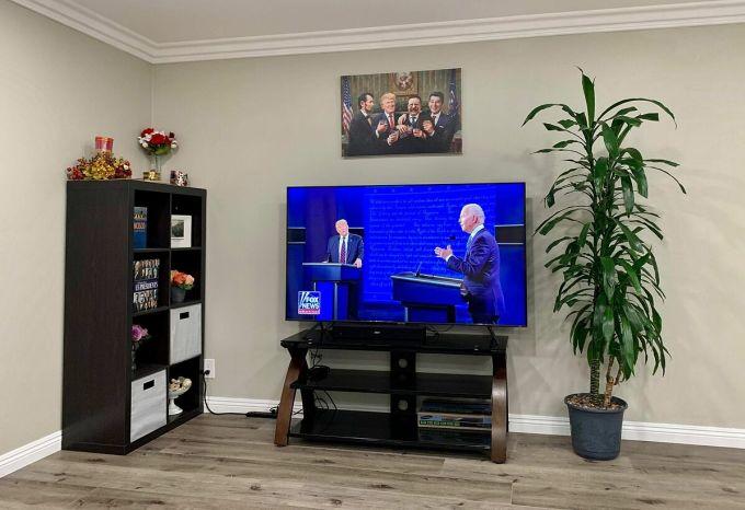 Góc xem tranh luận Trump - Biden tại nhà của Julia Ngô. Ảnh: Nhân vật cung cấp.