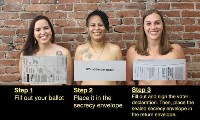 Lần lượt từ trái qua: Emily Kinkead, Olivia Bennett và Bethany Hallam, để ngực trần và che bằng phong bì bí mật, nhằm hướng dẫn cử tri bỏ phiếu đúng cách. Ảnh: Twitter/Bethany Hallam.