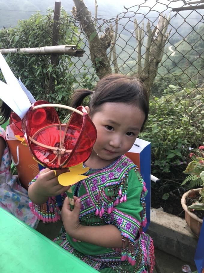 Học sinh Lếch Mông A nhận quà trước Tết trung thu. Ảnh: Anh Tuấn