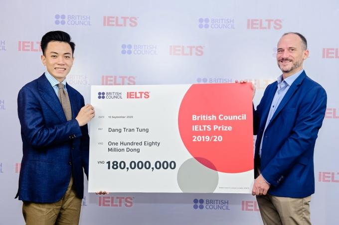 Đặng Trần Tùng nhận học bổng IELTS Prize của Hội đồng Anh hồi đầu tháng 9. Ảnh: British Council