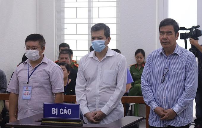 Từ trái qua, bị cáo Hiệp, Hoàng, Tấn nghe tuyên án sáng 30/9. Ảnh: Danh Lam