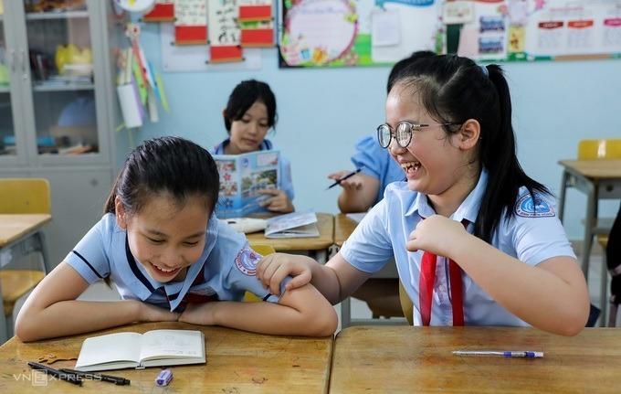Học sinh trường Tiểu học Đinh Tiên Hoàng (quận 1, TP HCM) trong buổi đầu trở lại trường hồi tháng 5, sau ba tháng nghỉ phòng chống Covid-19. Ảnh: Quỳnh Trần.