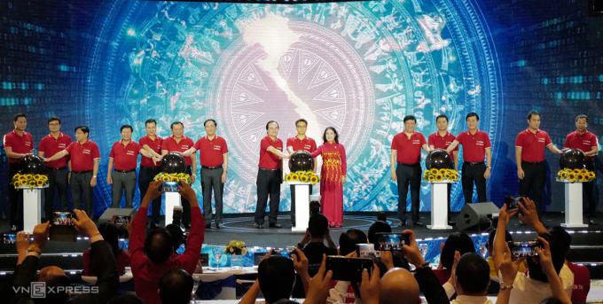 Lãnh đạo Chính phủ, các bộ thực hiện nghi thức nhấn nút ra mắt các nền tảng công nghệ. Ảnh: Ngọc Thành.