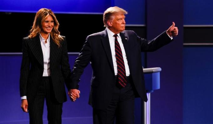Melania lên sân khấu cùng Trump sau khi ông kết thúc cuộc tranh luận hôm 29/9 ở Cleveland. Ảnh: Reuters.