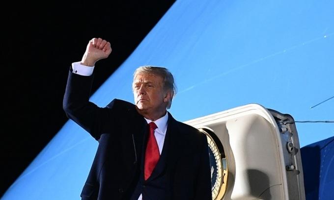 Tổng thống Mỹ Donald Trump lên chuyên cơ Không lực Một tại sân bay quốc tế Duluth, Minnesota hôm 30/9. Ảnh: AFP.