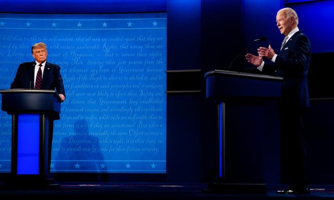 Donald Trump (trái) và Joe Biden tại cuộc tranh luận đầu tiên ở Cleveland, bang Ohio hôm 29/9. Ảnh: Washington Post.