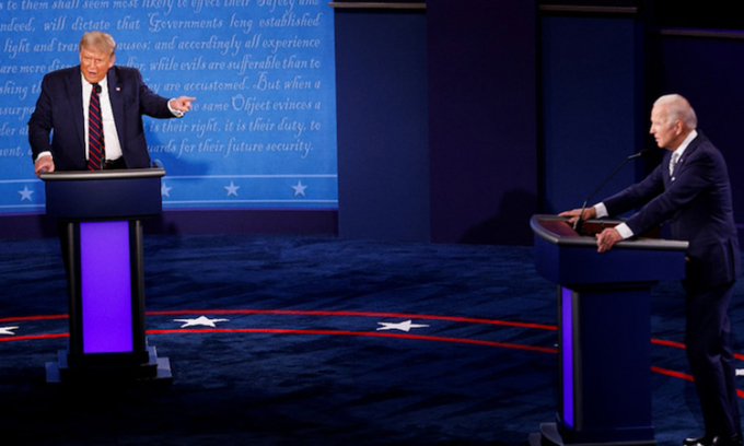 Donald Trump (trái) và Joe Biden tại cuộc tranh luận đầu tiên ở thành phố Cleveland, bang Ohio hôm 29/9. Ảnh: Reuters.