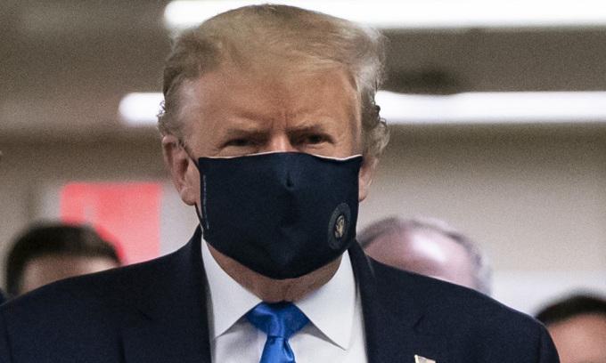 Tổng thống Mỹ Donald Trump đeo khẩu trang khi tới thăm một trung tâm y tế ở Bethesda, bang Maryland, hôm 11/7. Ảnh: AFP.