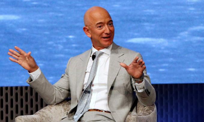 Ông chủ Amazon Jeff Bezos, tỷ phú giàu nhất thế giới, phát biểu tại một sự kiện ở Boston, bang Massachusetts, Mỹ, hồi tháng 6/2019. Ảnh: Reuters.