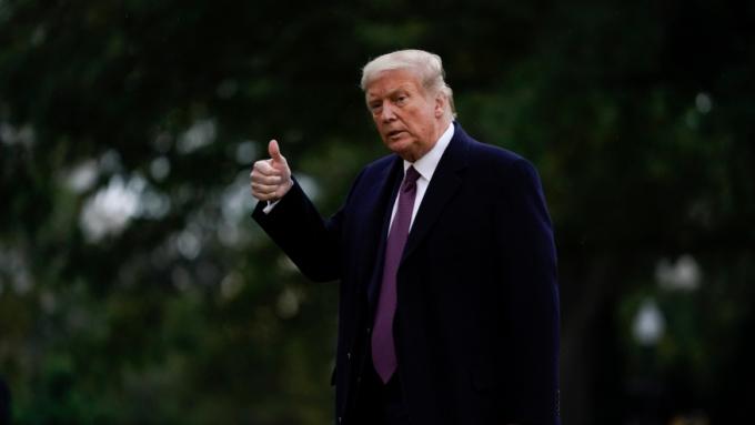 Tổng thống Mỹ Trump chuẩn bị rời thủ đô Washington đến vận động tranh cử ở New Jersey, hôm 1/10. Ảnh: AP.