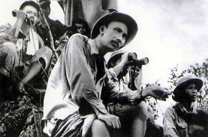 Chủ tịch Hồ Chí Minh trên đài quan sát mặt trận Đông Khê, chiến dịch Biên Giới, ngày 16/9/1950. Ảnh: Vũ Năng An - nhiếp ảnh riêng của Bộ Tổng Tư lệnh.