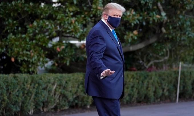Trump bước qua bãi cỏ Nhà Trắng để tới trực thăng Marine One, lên đường tới Trung tâm Quân y Quốc gia Walter Reed ở Bethesda, Maryland, hôm 2/10. Ảnh: AP.