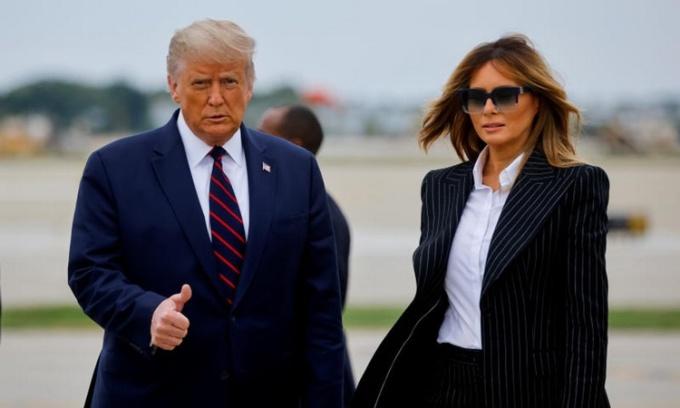 Tổng thống Trump và Đệ nhất Phu nhân Melania tại sân bay quốc tế Cleveland Hopkins ở Ohio, ngày 29/9. Ảnh: AFP.