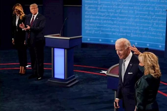 Vợ chồng Trump (trái) và vợ chồng Biden khi kết thúc cuộc tranh luận ở Ohio ngày 29/9. Ảnh: Reuters.