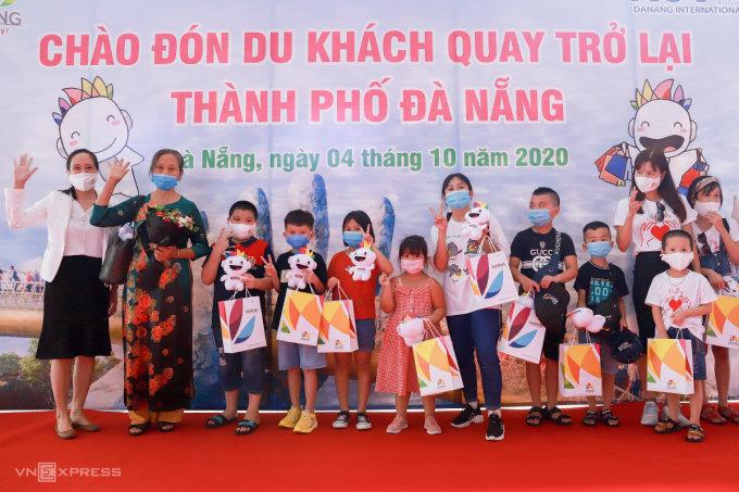 Bà Thuận (thứ hai từ trái qua) vui mừng khi được chào đón tại Đà Nẵng. Ảnh: Nguyễn Đông.