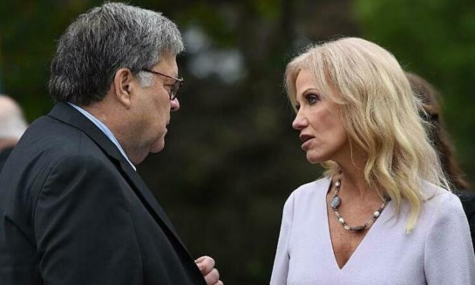 Bộ trưởng Tư pháp Mỹ William Barr nói chuyện với cựu cố vấn Nhà Trắng Kellyanne Conway tại sự kiện ở Vườn Hồng, Nhà Trắng, hôm 26/9. Ảnh: AFP.