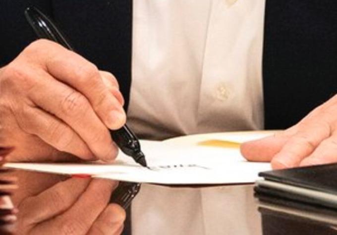 Phân tích ảnh của một người dùng mạng Twitter cho thấy tờ giấy mà Tổng thống Mỹ ký tên không hề có nội dung. Ảnh: Twitter/NYSouthpaw