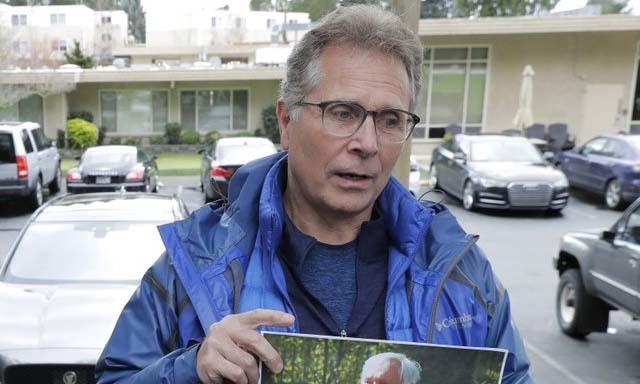 Scott Sedlacek đứng bên ngoài một viện dưỡng lão ở thành phố Kirkland, bang Washington, Mỹ, gần Seattle, hôm 12/3. Ảnh: AP.