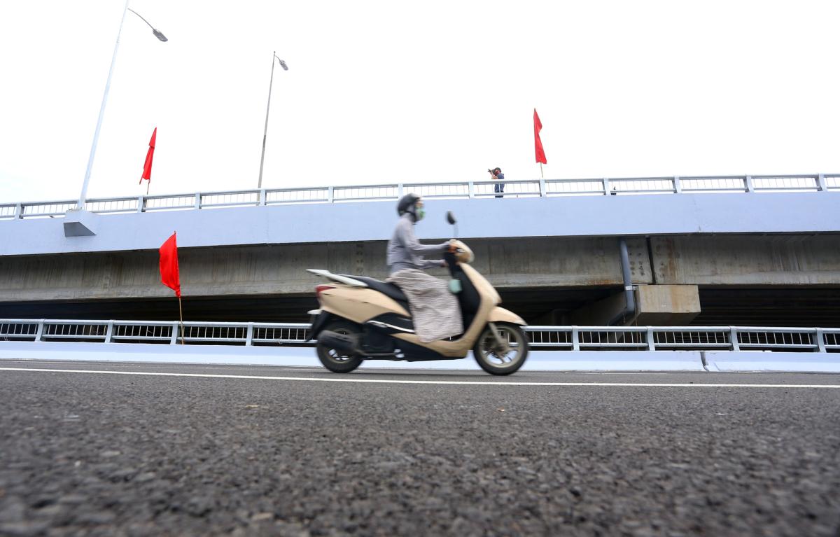 Thông xe cầu vượt hồ Linh Đàm