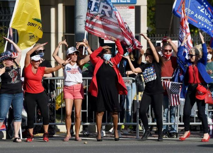 Người ủng hộ Trump reo hò trước Trung tâm Quân y Walter Reed ở Bethesda, bang Maryland, hôm 5/10. khi Tổng thống xuất viện. Ảnh: AFP.