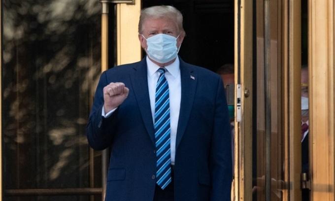 Tổng thống Trump rời Trung tâm Quân y Quốc gia Walter Reed chiều 5/10 (sáng 6/10 giờ Hà Nội). Ảnh: AFP.