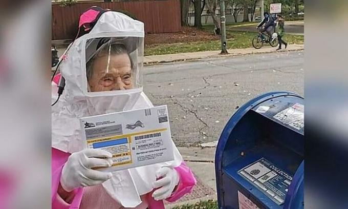 Cụ bà 102 tuổi Bea Lumpkin mặc đồ bảo hộ đi bỏ phiếu ở Chicago, bang Illinois, Mỹ, tuần trước. Ảnh: Chicago Teacher Union.