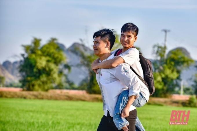 Ngô Minh Hiếu cõng bạn đến trường suốt 10 năm nay. Ảnh: Báo Thanh Hóa.