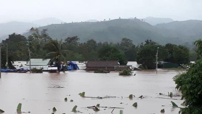 Nước ngập đến mái nhà dân ở huyện Lao Bảo. Ảnh: Phụng Khiêm