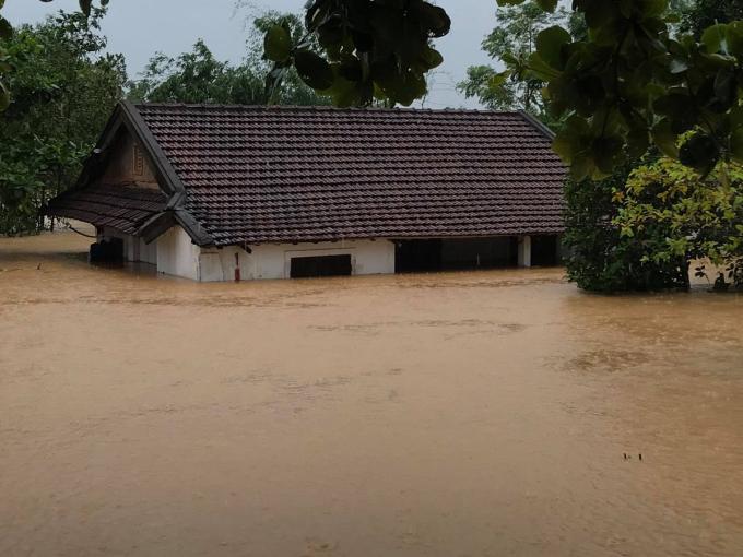 Nhà dân ở thị trấn Cam Lộ bị ngập hơn 2m. Ảnh: Hoàng Táo