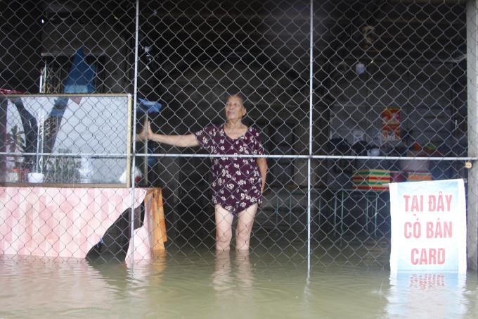 Nước lũ tràn vào nhà bà Nguyễn Thị Thẻo. Ảnh: Võ Thạnh